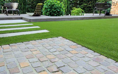 Parolex, Moderner Gartenbau und Terrassengestaltung: Materialmix aus Pflastersteinen, Betonsteinen, Holz und Kunstrasen