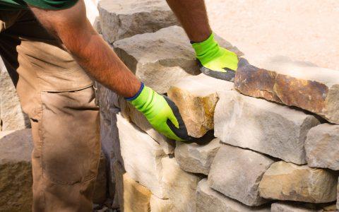 Parolex, beim Bau einer Trockenmauer aus Sandstein